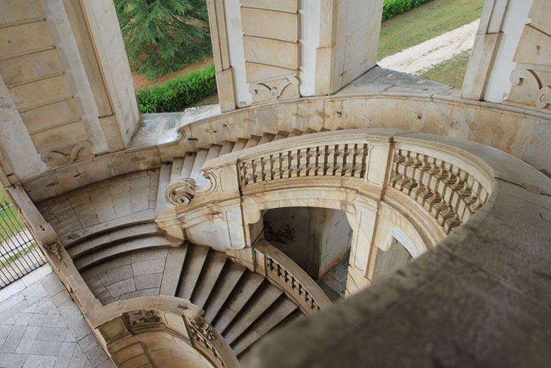 Una delle famose scale a chiocciola in marmo della Certosa di Padula