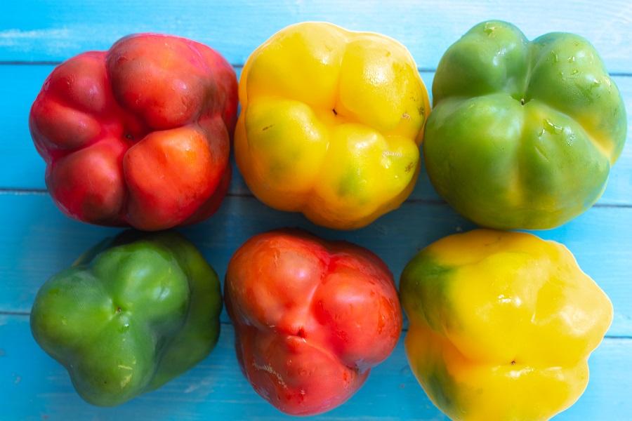 Sei peperoni, due gialli, due rossi e due verdi