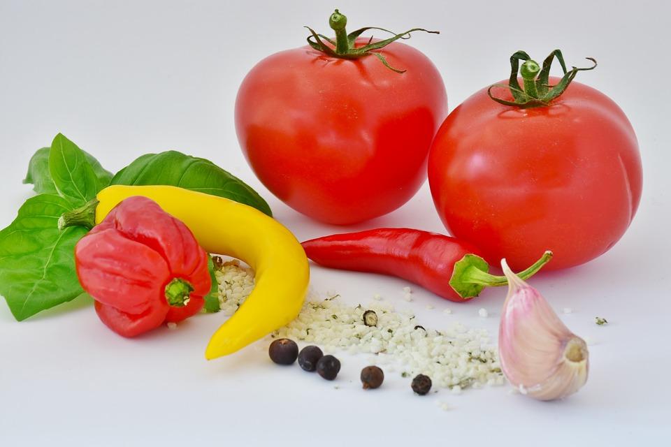 pomodori e peperoncini per la salsa