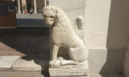 Uno dei leoni all'ingresso del duomo