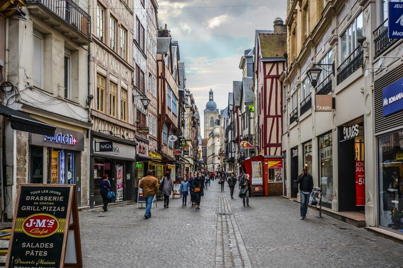 Gemellaggio - Strada con negozi di Rouen