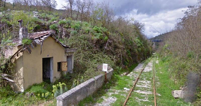 Stazione di Polla attraversata dalla linea Sicignano Lagonegro