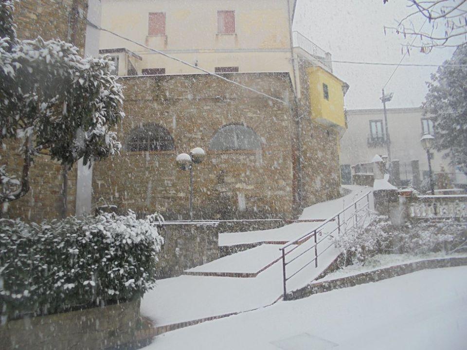 la piazza di Ostigliano con la neve
