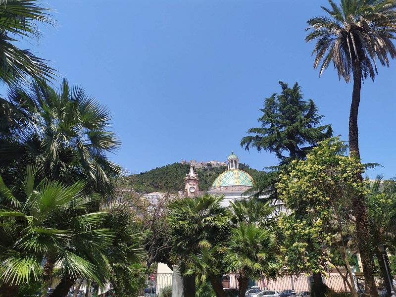 Visuale della cupola maiolicata e del castello Arechi