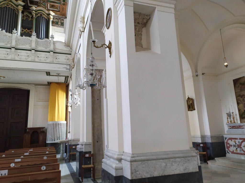 Particolare Di Santa Maria A Mare Colonne Romane Allinterno Dei Pilastri Moderni