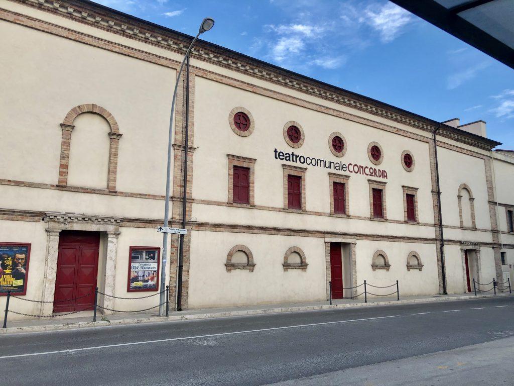 Teatro Comunale Concordia, lato