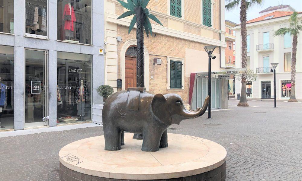 L'elefantino Tra Le Palme