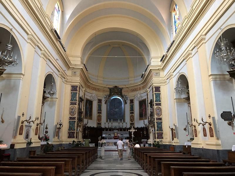 L'interno dell'Abbazia San Benedetto Martire