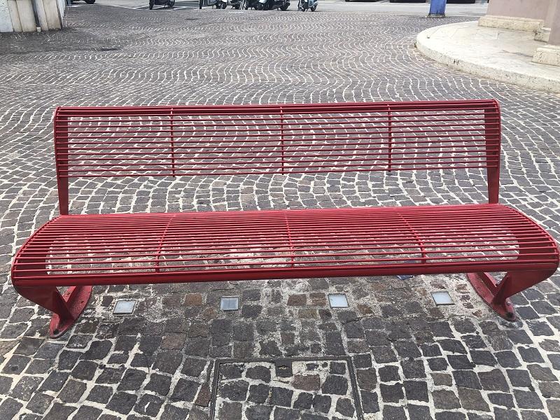 La Panchina Rossa Di Fronte