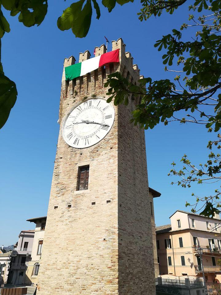 Torrione Con Tricolore Per Festa Della Repubblica