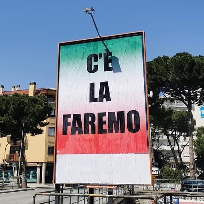 """""""C'è la faremo"""", il cartellone fortemente criticato (foto di: www.facebook.com)"""