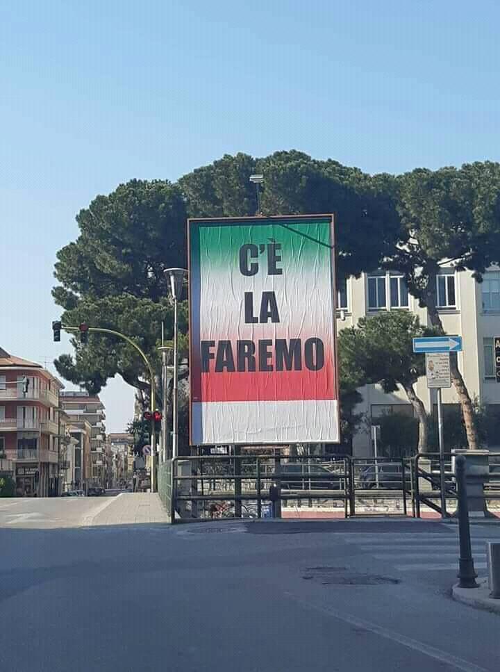 """""""C'è la faremo"""" affisso in una delle principali vie della città (foto di: www.facebook.com)"""