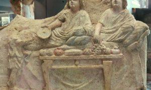 Scultura proveniente dall'antica Siracusa, ritraente la scena di un simposio (museo archeologico regionale Paolo Orsi)