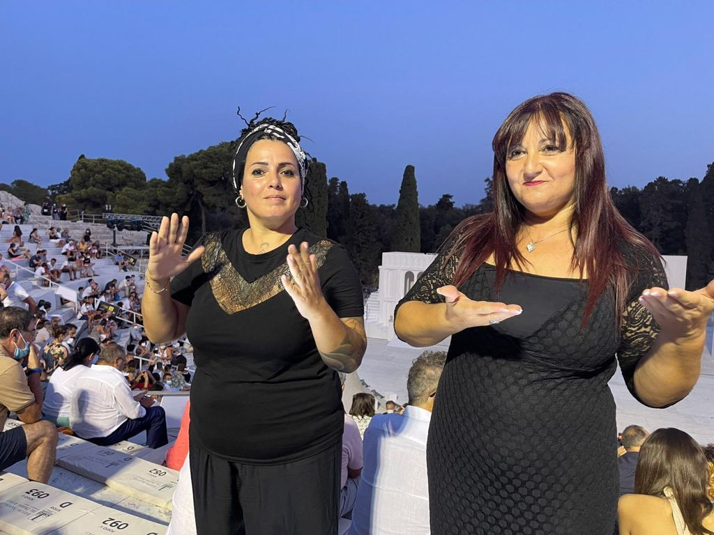 Le Interpreti Lis Viviana Aprile E Salvina Magnano