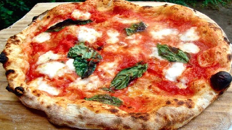 Pizza A Toronto - una margherita su un piatto