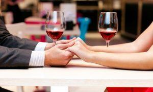 San Valentino a Toronto - una coppia a cena mano nella mano