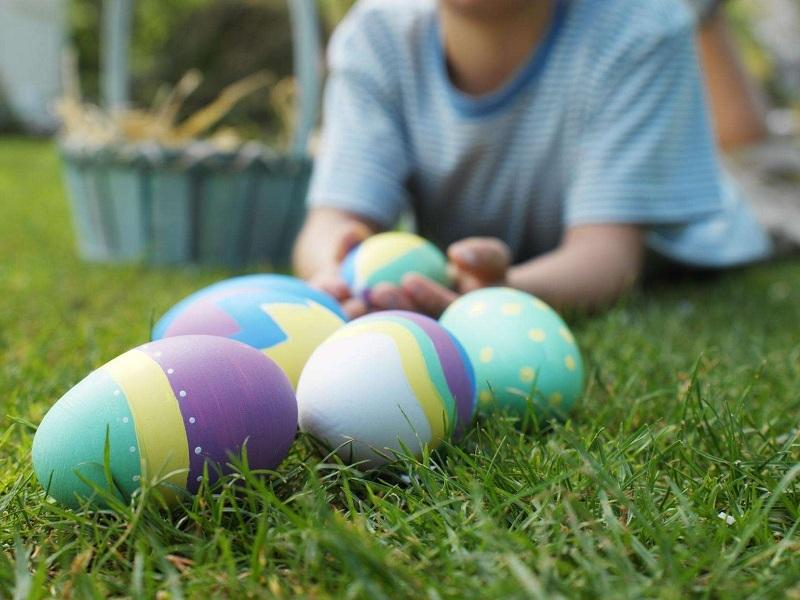 Pasqua. bambini e uova
