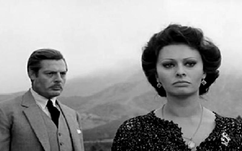 Cinema al fresco presenta il film matrimonio All'italiana, con Mastroianni e Sophia Loren