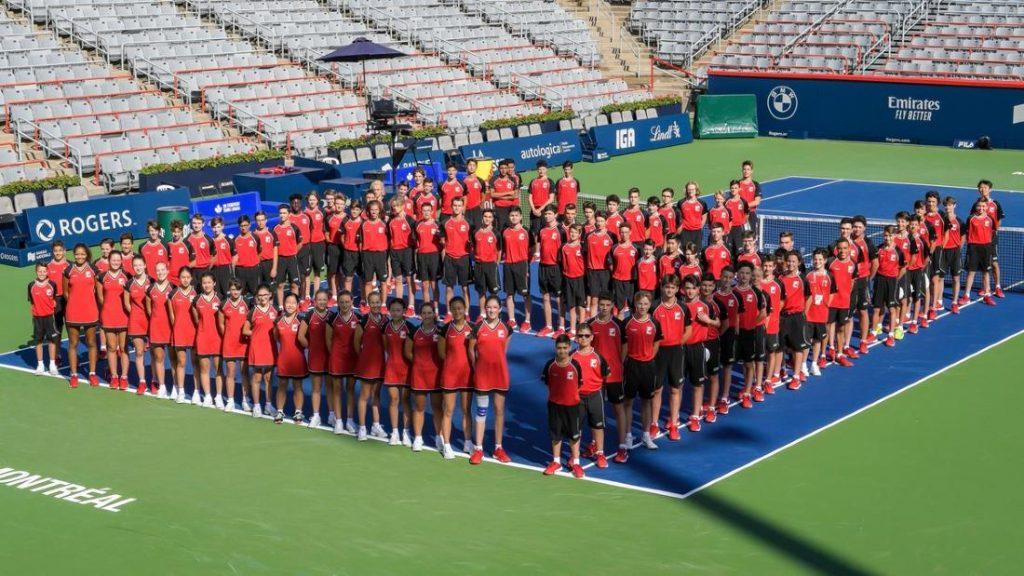 Incontri Tennis internazionale preceduti da una coreografia dove figurano anche bimbi