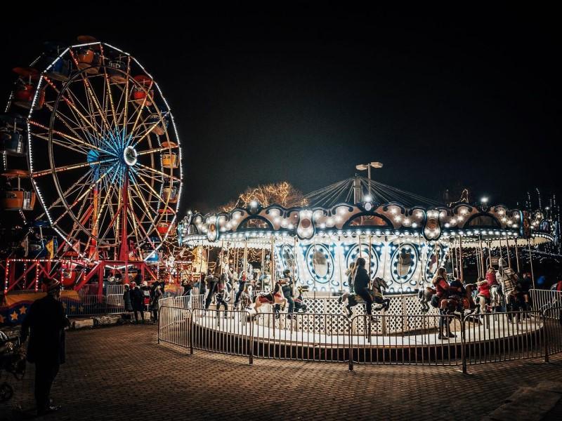 Ruota e giostre all'aurora winter festival