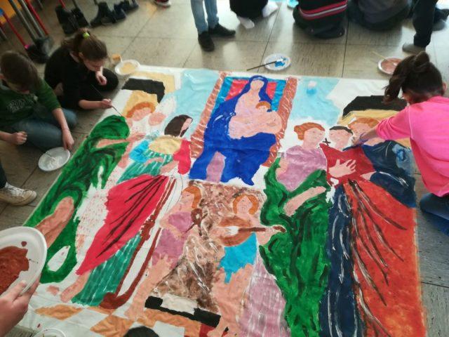 ragazzini colorano immagini sacre