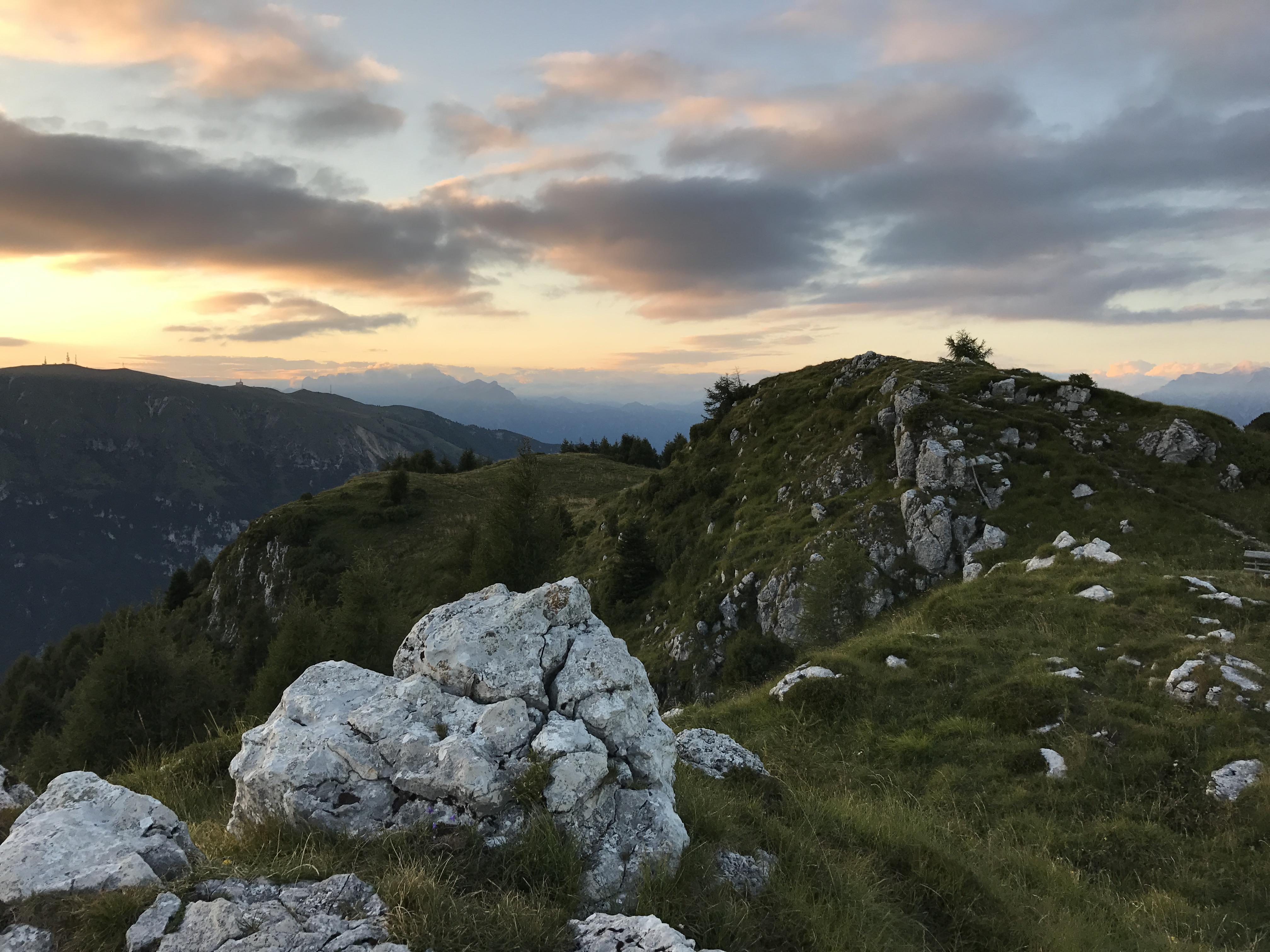 hashtag - Monte Pizzoc Treviso vetta di montagna con erba verde e cielo al tramonto