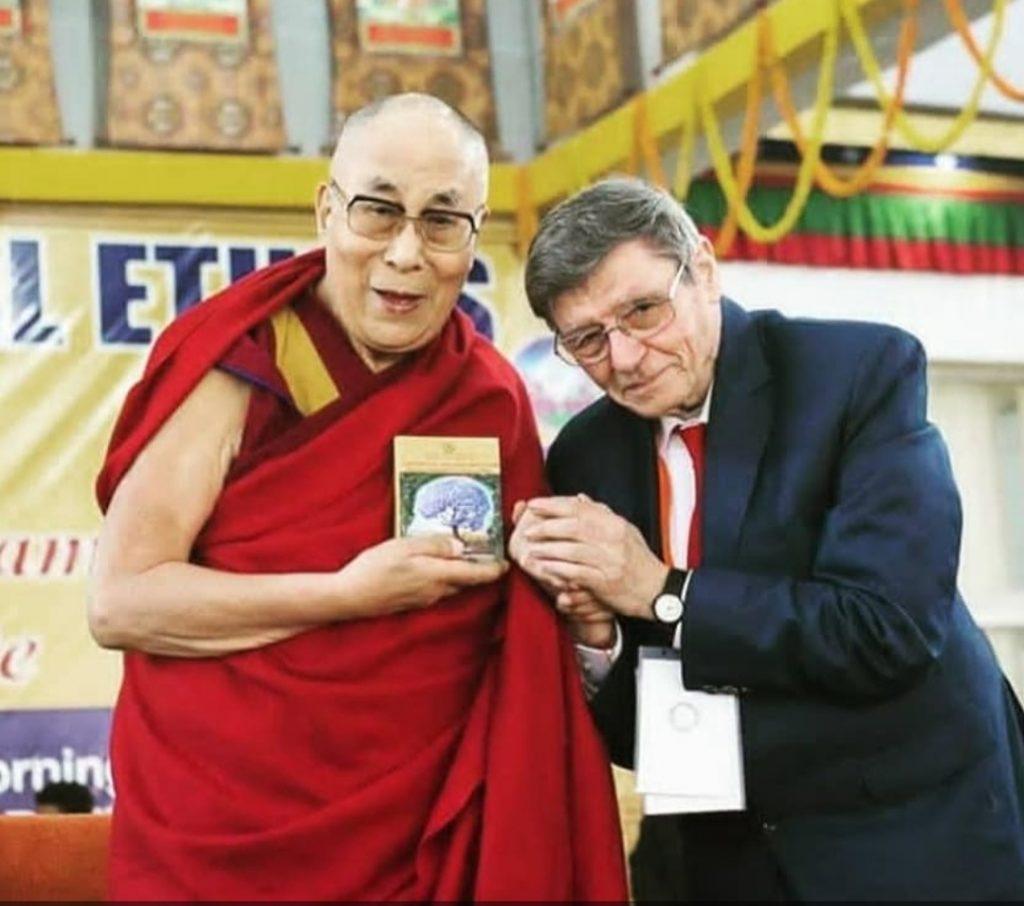 Un'immagine del Dalai Lama insieme a Valentino Giacomin