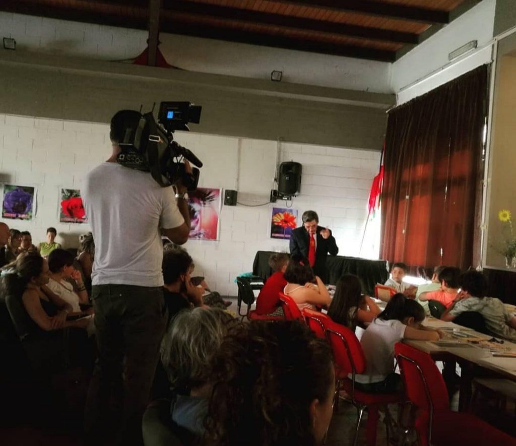 Valentino Giacomin insieme ad un gruppo di scolari