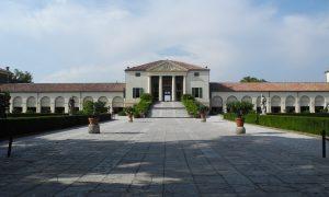 Villa Emo_facciata di una villa con prato e alberi