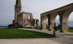 Castello San Salvatore_piazzale con prato archi e ruderi