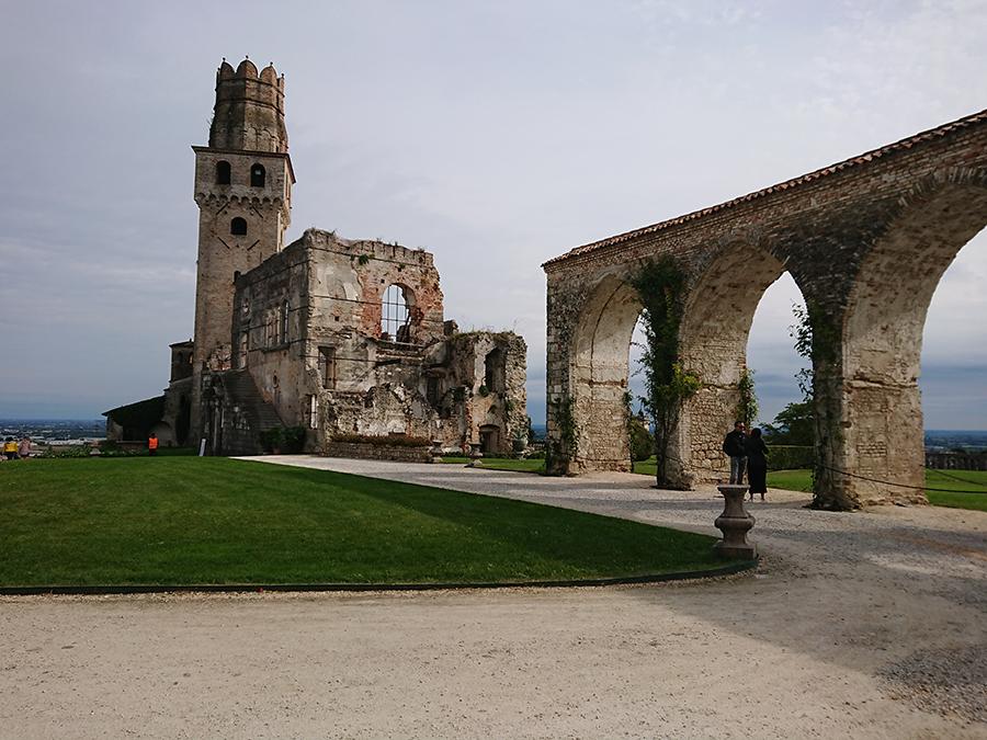 Castello San Salvatore, piazzale con prato archi e ruderi