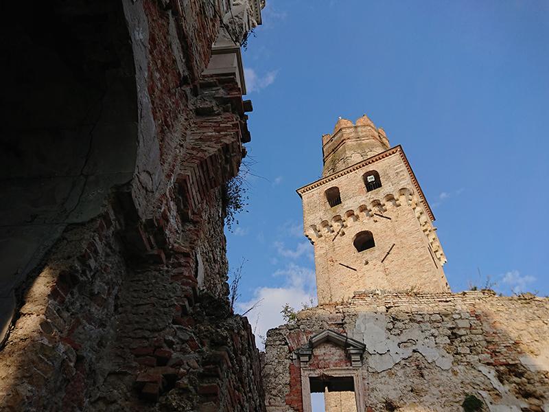 Castello San Salvatore_vista sulla torre e i ruderi con cielo azzurro