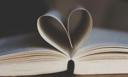 Librerie Indipendenti_libro con pagine piegate a cuore su tavolo