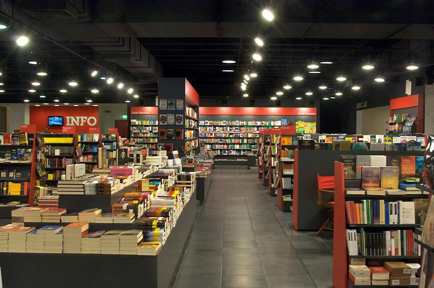 Librerie Indipendenti_libreria con pavimento scuro e scaffali pieni di libri