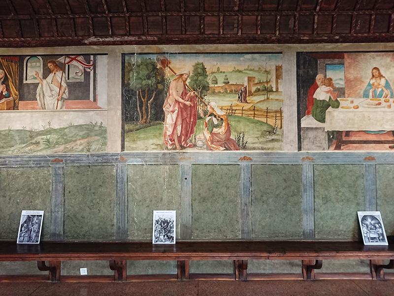 Sala Dei Battuti_parete affrescata con scene e riquadri verdi