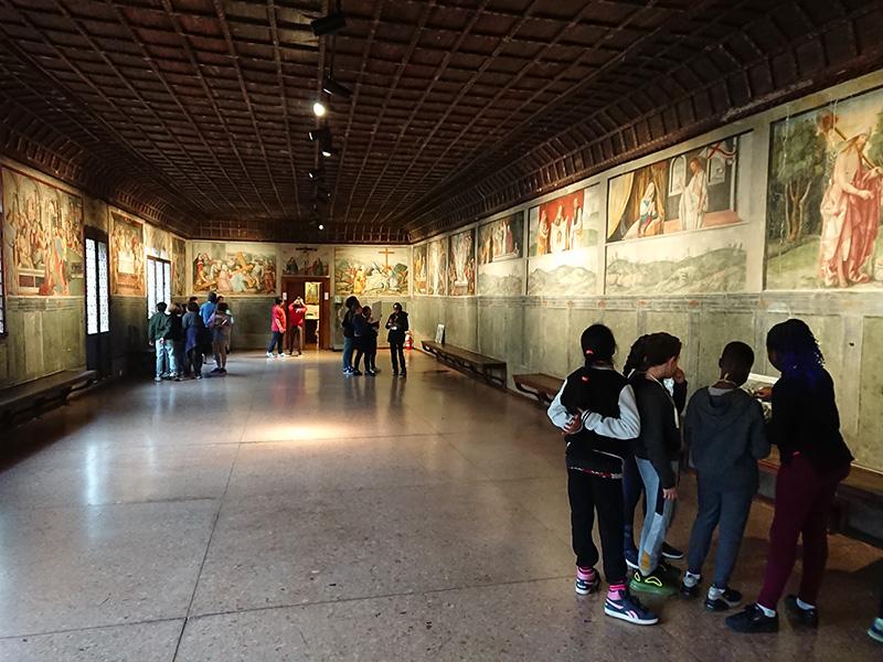 Sala Dei Battuti_bambini camminano e guardano immagini
