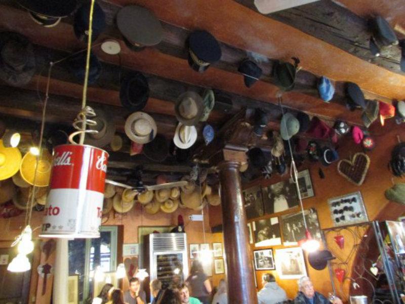 Locanda Al Cappello, particolare degli oggetti in sala