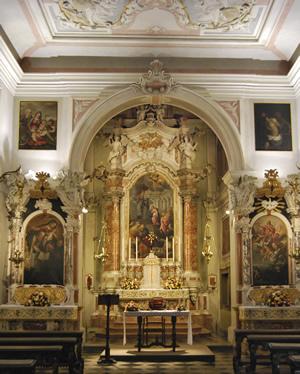 Visuale interna della Chiesa delle Zitelle in cui si possono ammirare le pale e gli affreschi situati dietro l'altare