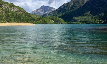 Panoramica del Lago di Cavazzo con vista sulle montagne