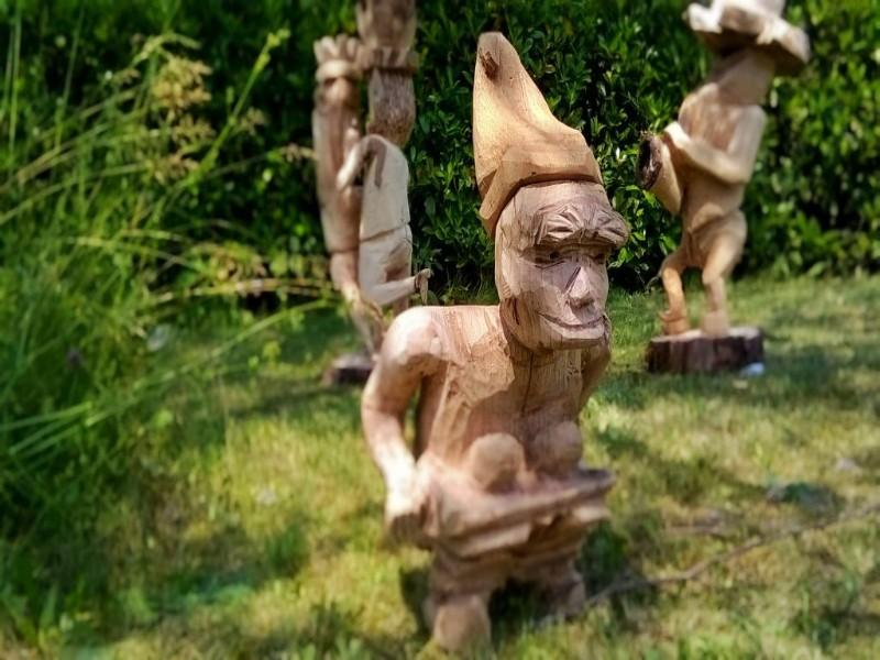 Statue in legno che rappresentano gli Sbilfs al rifugio De Gasperi