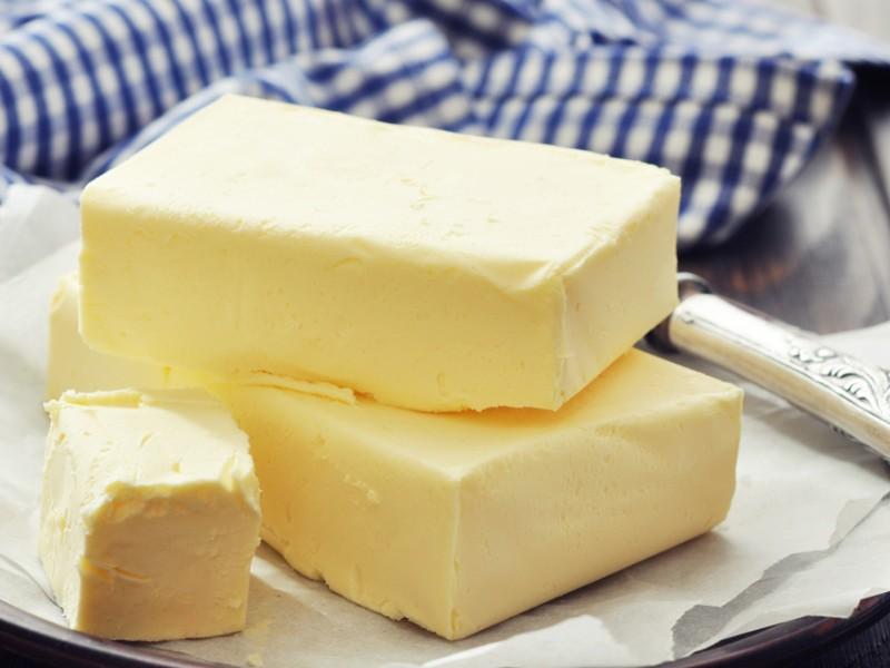 burro su un piatto, condimento dei cjarsons