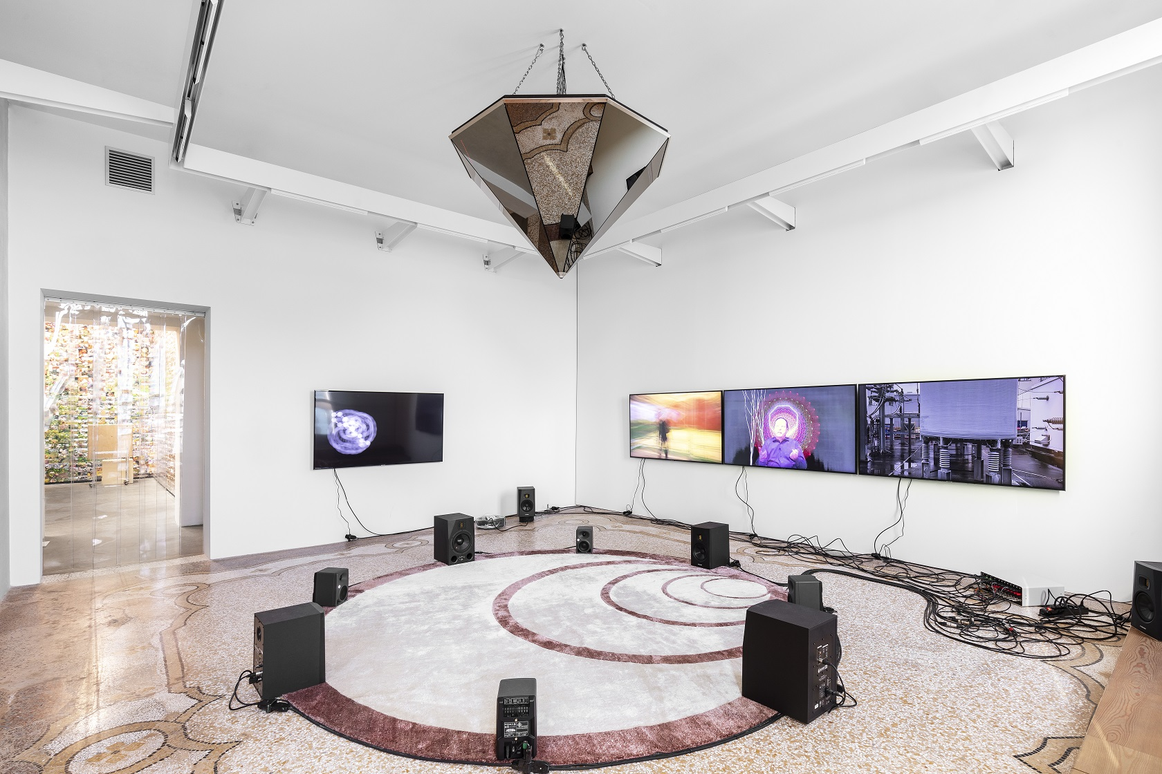 Opera di Haroon Mirza, Beyond The Wave Epoch, Multimedia Installationoch, Multimedia Installation.jpg