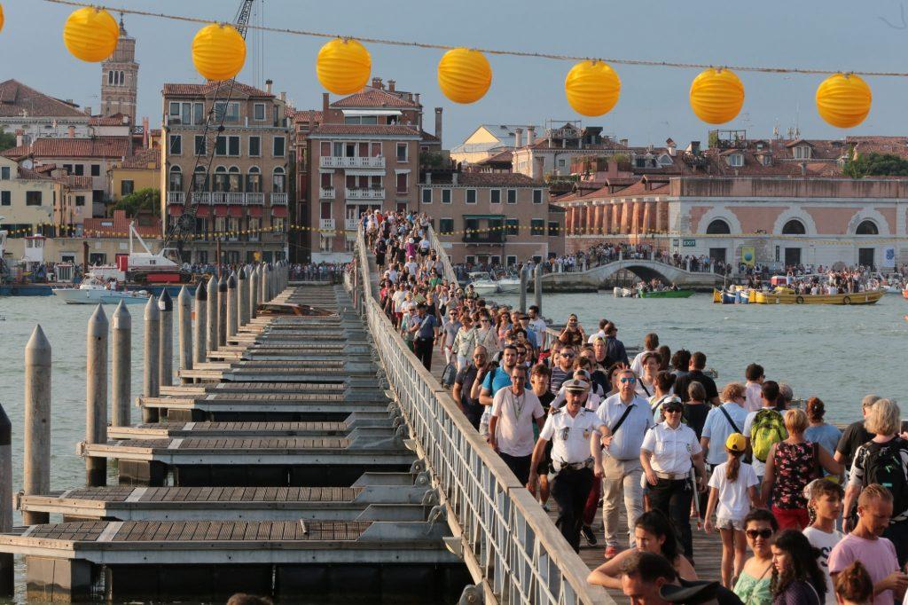 Il ponte votivo in una delle scorse edizioni