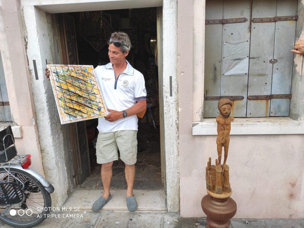Antonello Da Chioggia all'esterno della sua bottega