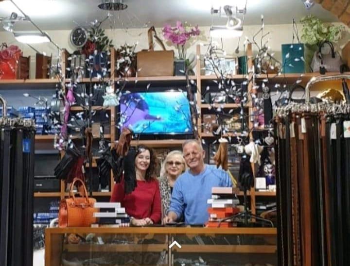 Lorella Zubiolo - interno del negozio con i proprietari