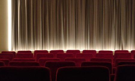 la mostra - platea di un teatro con le sedute rosse