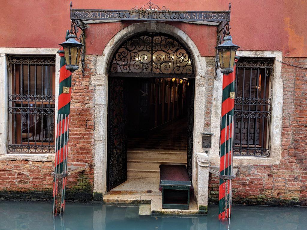 primi turisti a Venezia - Porta D'acqua Di Un Albergo Appena Riaperto