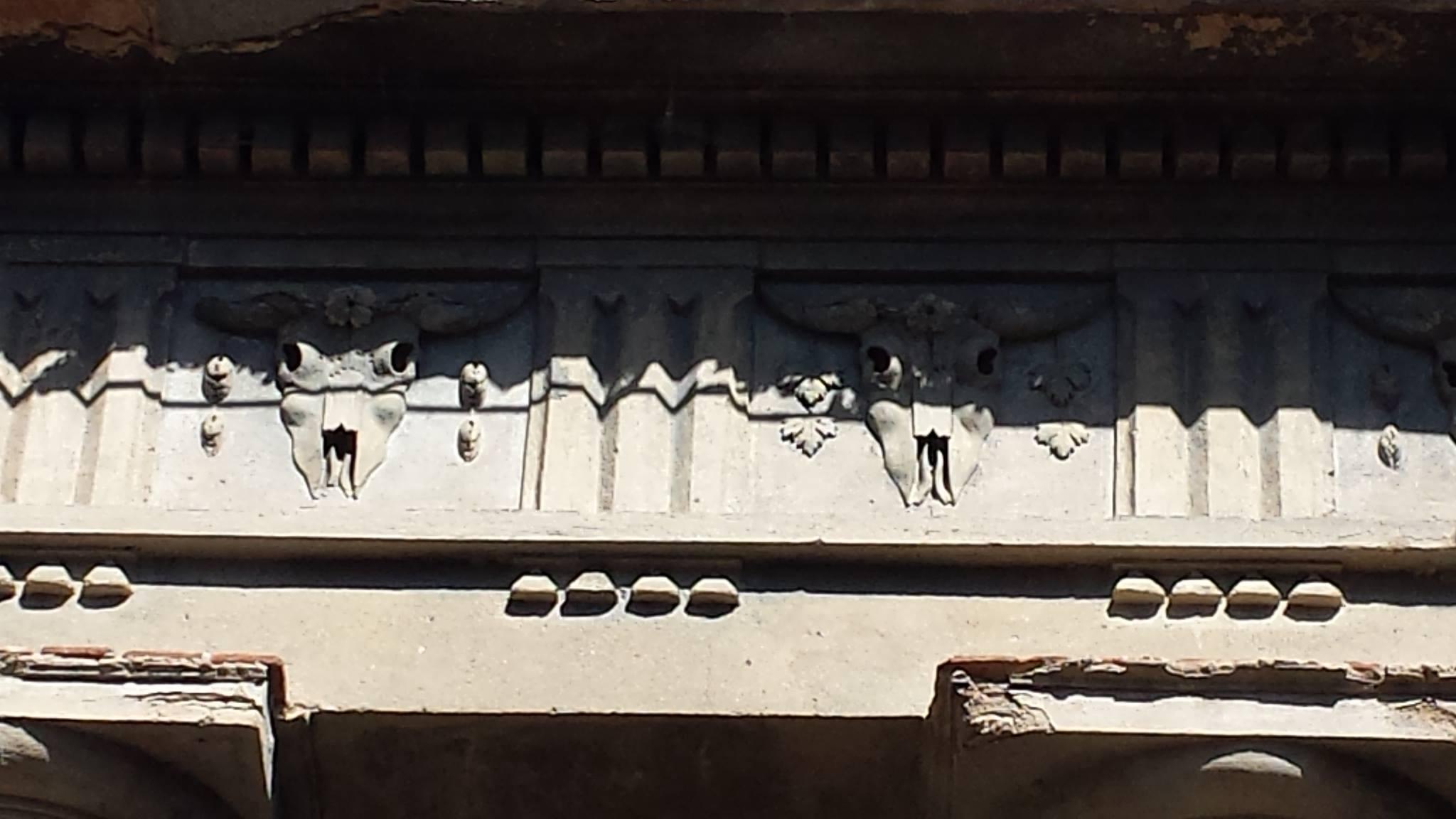 Il frontone della chiesa di Saletta