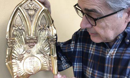 Daniele Roccato mostra la porta del tabernacolo prima del restauro
