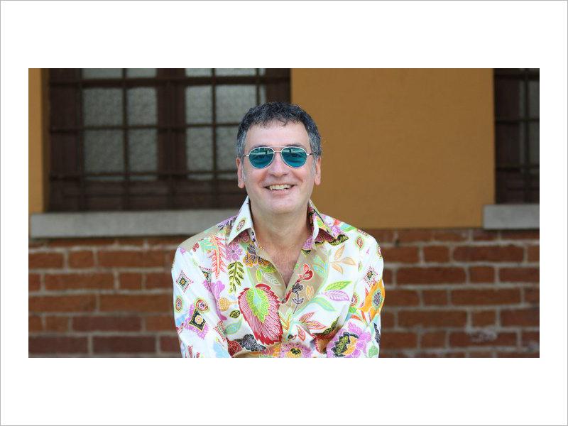 Guido Michelone, uno degli scrittori vercellesi più proficui di questi anni.